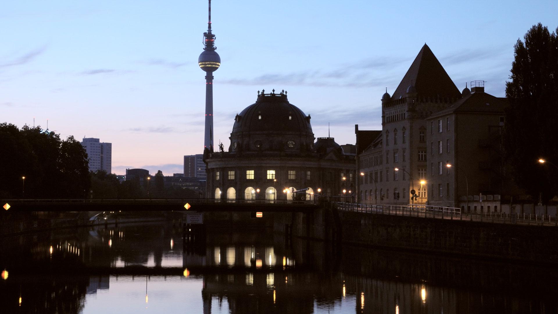animo-film-berlin-fernsehturm-daemmerung
