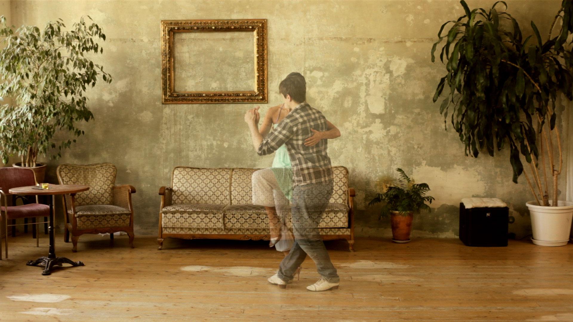 animo-film-paar-tanzt-vor-couch
