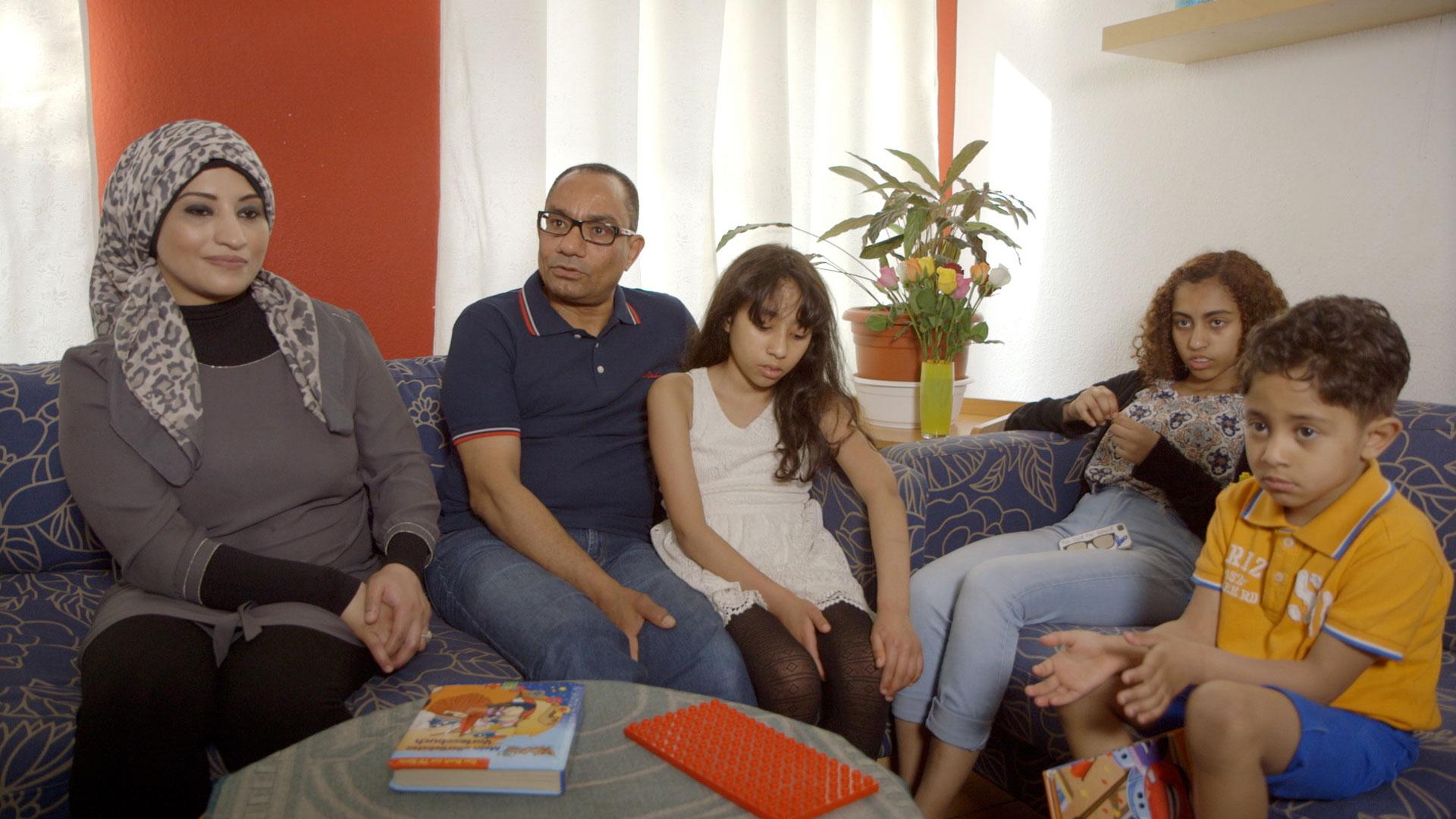 hansmann-tuerkische-familie-im-wohnzimmer