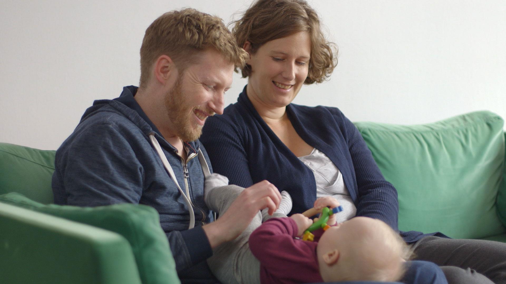animo-film-Eltern-zusammen-mit-Kind