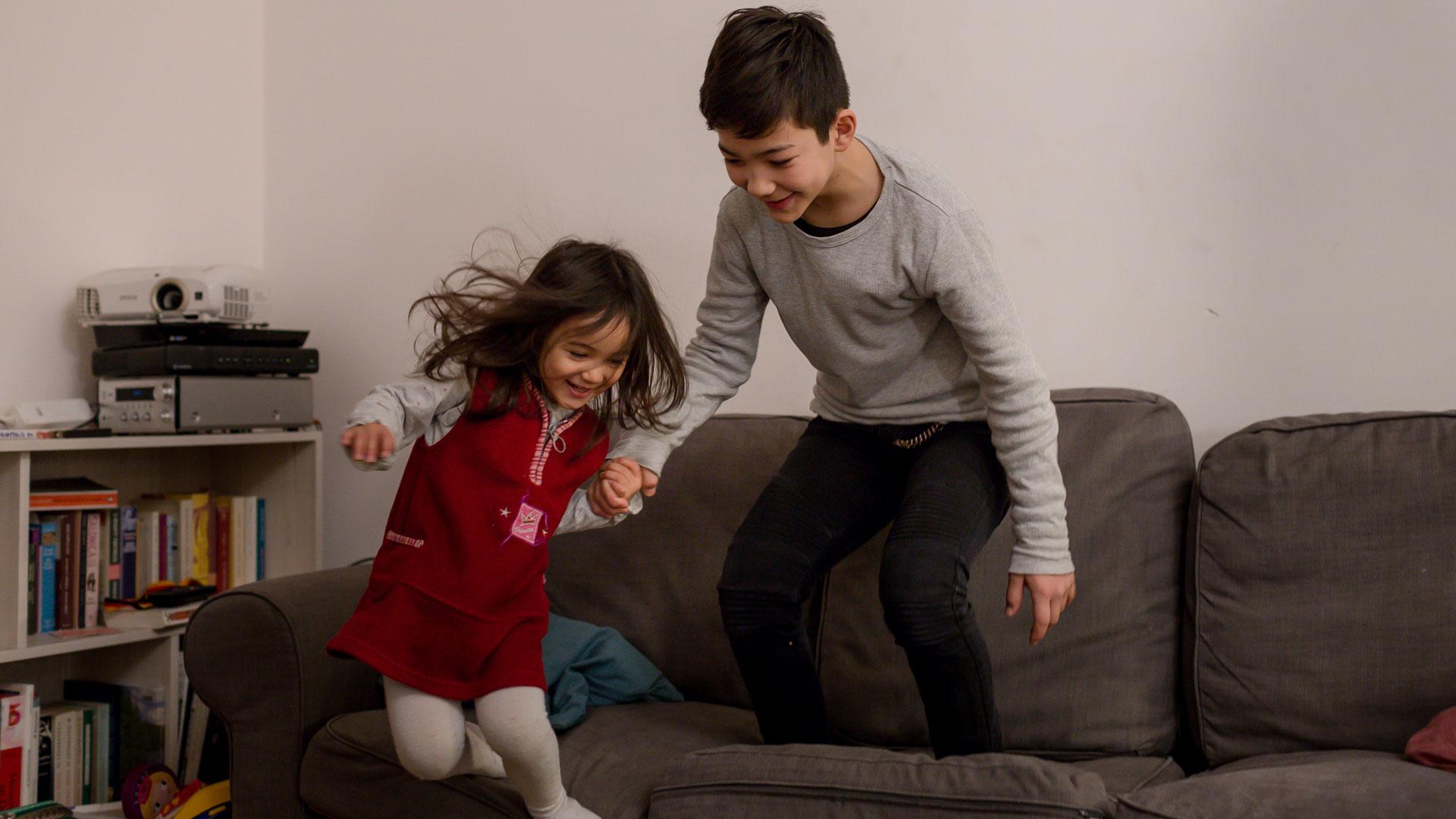 animo-film-kinder-springen-von-der-couch
