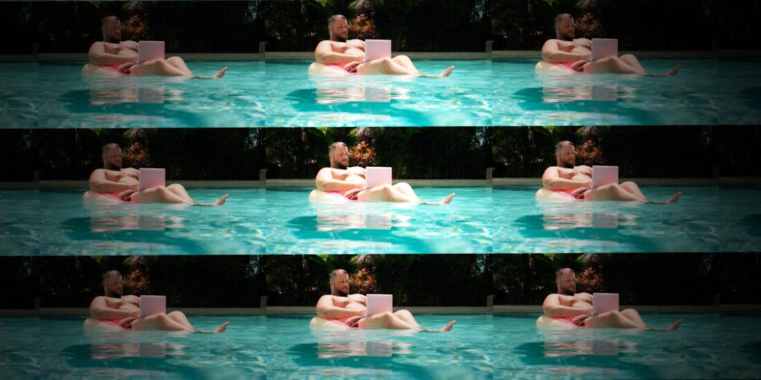 11 mann im pool mit laptop stoerbild