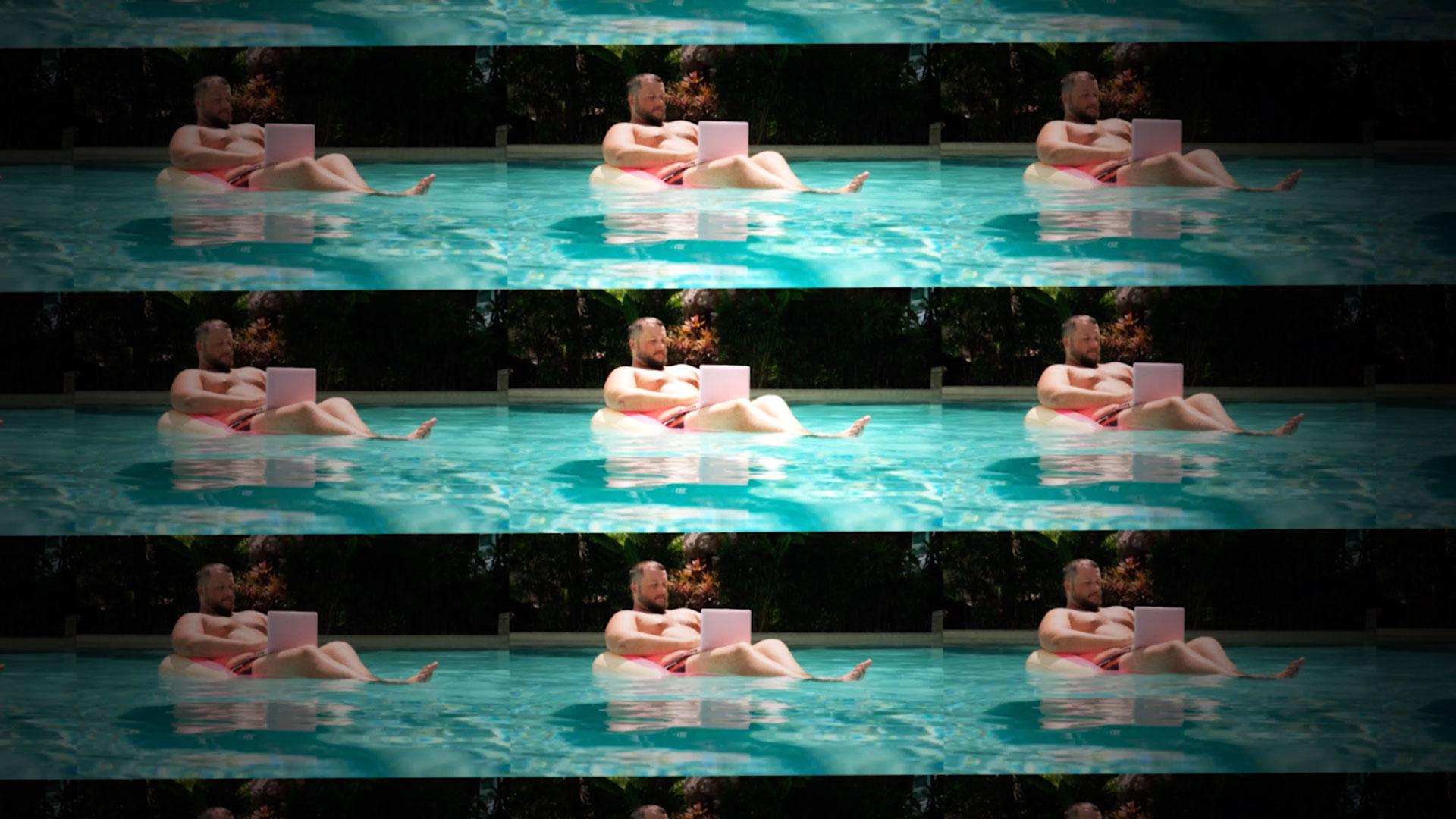 11-mann-im-pool-mit-laptop-stoerbild